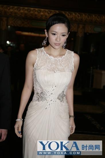 章子怡白色蕾丝透视晚礼服十分抢镜