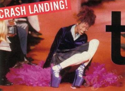超模Naomi Campbell踏着一双跟高八寸的鞋子出场
