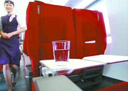 京沪高铁商务舱赶超飞机 列车每排座位下都有插座