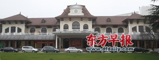 2010年2月26日,上海科学会堂院内全景。 早报资料   外墙以鹅卵石装饰、屋顶像武士的头盔,建于近百年前的科学会堂1号楼(下简称科学会堂)正在进行建成以来规模最大的修缮。记者昨天从2012城市建筑文化论坛上获悉,外墙、屋面的修缮已完成,目前在进行内部施工,预计年内整个工程可完成,其古典式的花园楼房将原汁原味地重现于世。   坐落于南昌路上的科学会堂,东西长约132米,是上海现存最长砖混结构两层楼的单体历史保护建筑。此前,由于漏水及结构损耗等病症,科学会堂被列为危险房屋。   据悉,此次修缮包括