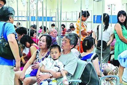 北京西路上的市儿童医院门诊大厅内人