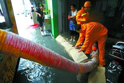 虹口区市政人员在东大名路居民区积水点进行抽水。本报记者 邵剑平 摄