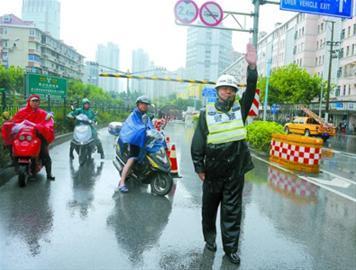 一名交警在复兴中路隧道疏导交通。本报记者 张驰 摄