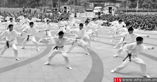男生班的学生们在耍武术操。本报记者 吴恺 摄
