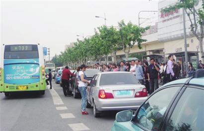 在上海南站等大型交通枢纽的周边公交站点,一些黑车长时间盘踞,占道拉客。(资料图)