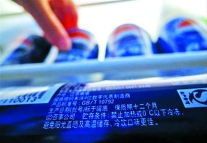 """可乐包装上印有""""禁止加热或0℃以下冷冻"""" 肖允 现场图片"""