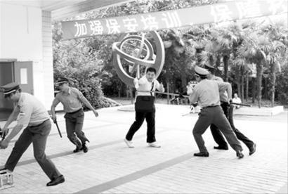 □昨天,徐汇区天平社区对辖区内中小学、幼儿园保安进行安保技能和知识培训。通讯员供图