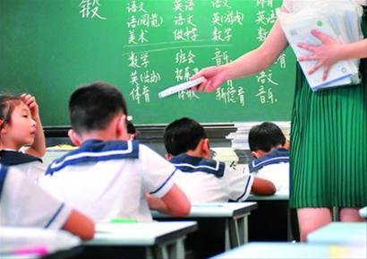 □目前,中小学新学期都会随教材下发配套磁带。 晨报记者 陈征 现场图片