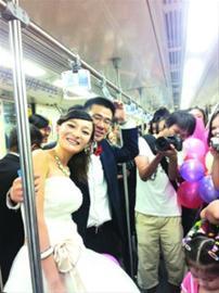 新人身着婚纱礼服,走进了轨道交通8号线的车厢。 新娘朋友张小姐供图