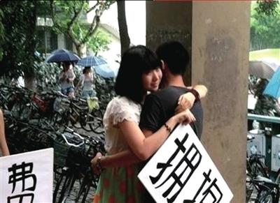 """师姐在食堂门口举牌""""拥抱""""新生。据《上海青年报》"""