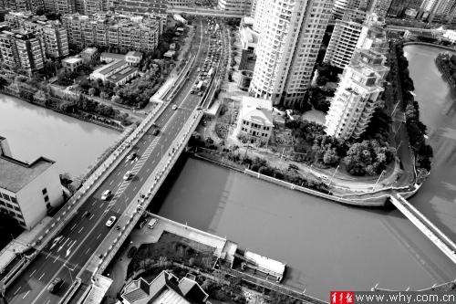 镇坪路桥给苏州河两岸的居民带来了极大便利。本报记者 丁嘉 摄