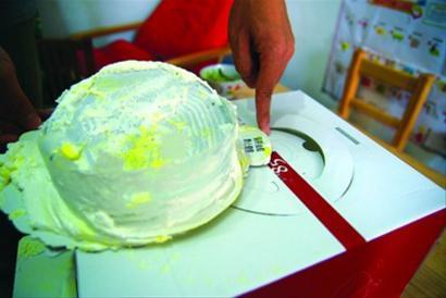 """叶女士买到的""""塑料蛋糕""""上的奶油已基本被吃光 晨报记者 罗剑华 现场图片"""
