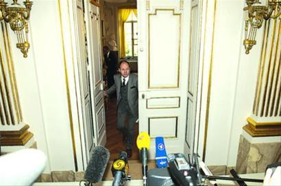 瑞典文学院常任秘书拉开房门准备宣布莫言获奖消息 新华社现场图片