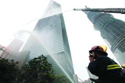 □上海环球金融中心昨举行消防训练演习 新华社 图片