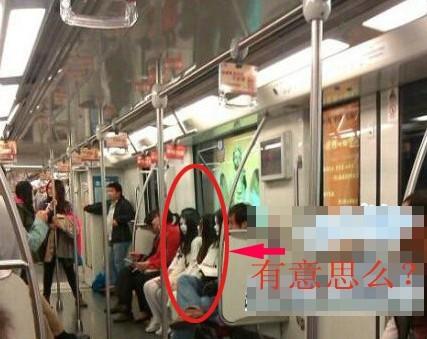 网曝上海地铁现女乘客扮成僵尸网友批无聊(图)