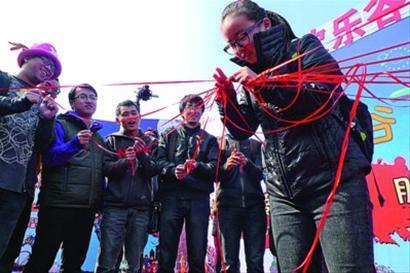 □单身男女在欢乐谷做游戏 晨报记者 陈 征 现场图片