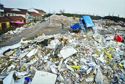 □三鲁公路边垃圾堆成山,并时不时地有车辆前来倾倒垃圾。 肖允 现场图片