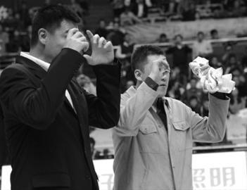 上周,姚明为队友章文琪举行了隆重的球衣退役仪式。晨报记者 顾力华 现场图片