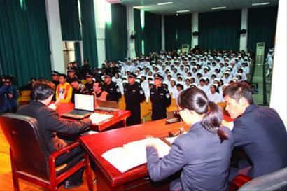□对陈某等以网游代练的名义诈骗巨款所进行的审判,在崇明卫校内进行。 崇明县检察院供图