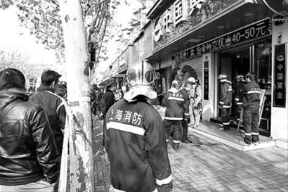 店员莫名倒地后,消防、民防等部门到场处置。晨报记者 竺钢 实习生 陈嘉 现场图片