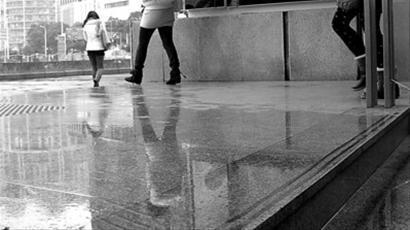□昨日雨天,部分地铁站内地面有些湿滑。 晨报记者 吴磊 实习生 曲思博 现场图片