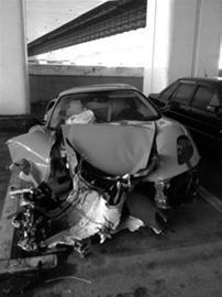 □法拉利车头损毁严重 晨报记者 言 莹 现场图片