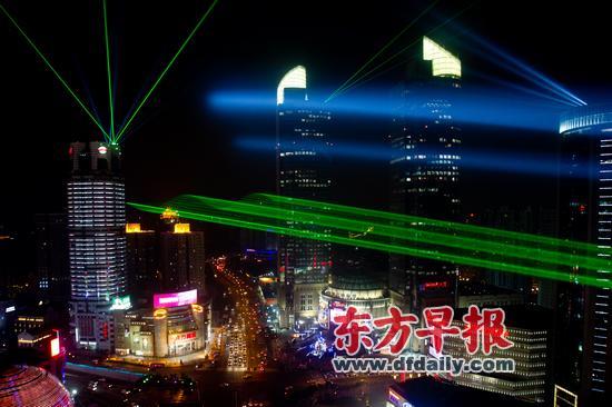 徐家汇商圈上演3D激光秀为跨年夜彩排(图)