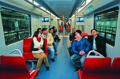 轨交技术人员在16号线车厢内体验 晨报记者 竺钢 现场图片