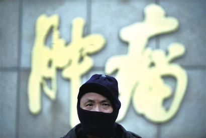 全国肿瘤登记中心日前发布的《2012中国肿瘤登记年报》显示,我国每分钟就有6人确诊为癌症。在上海,目前恶性肿瘤病人现患率已超1%,即每 100个上海人中,就有超过1人是癌症患者。上海目前癌症总体发病率和死亡率在世界范围内处于中等水平,在我国则处于较高水平。