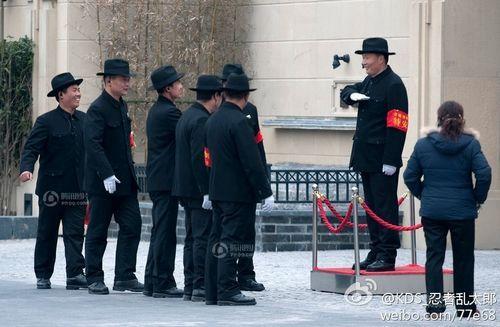 网传上海某小区保安制服神似旧上海黑帮成员服装,其实是嘉兴某老上海风格楼盘的保安制服。