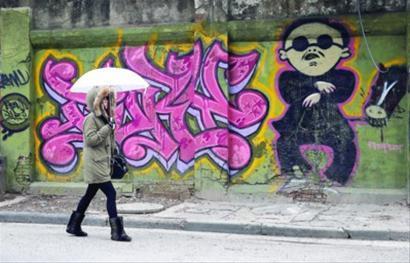 """晨报记者殷立勤摄影报道 《江南Style》红遍了2012年的下半年,如今更是在各家公司的2013年年会和文艺表演上""""发酵""""蔓延。在上海的莫干山路,喜欢涂鸦的人们甚至将""""鸟叔""""搬上了墙,让经过此处的人们也感受到了""""涂鸦Style""""的魅力。"""