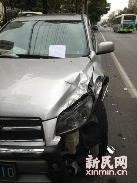 上图均为在事故中受损的车辆。新民晚报记者 曹文清 摄