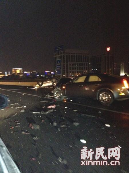 事故现场一片狼藉,前车被撞得翻倒在旁。来源:读者供图