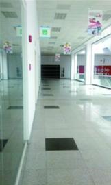 """松江""""狐狸城""""除一楼商铺开满之外,二楼、三楼商铺几乎都已关停,整个商场仅留下1/3商户"""