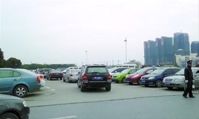 青浦奥特莱斯生意红火,每到周末停车位满满当当,不得不限流