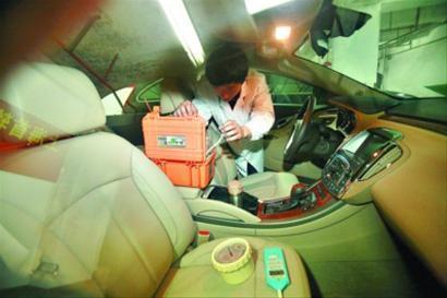 晨报在2011年时就邀请专业机构对车内空气进行相关检测/杨眉摄