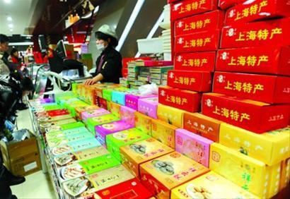 """在上海第一食品商店内,标有""""上海特产""""字样的糖酥产品琳琅满目。 本报记者 张驰 摄"""