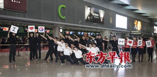 东航机务人员虹桥机场玩快闪摆航母STYLE造型