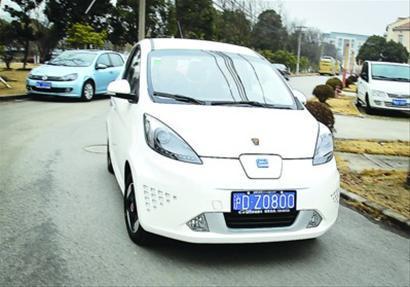 """挂着新能源车""""第一牌""""的荣威E50昨天正式上路。 /晨报记者 竺钢"""