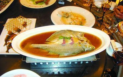 钓鱼岛周边海域钓到的黄鱼上餐桌 王小东微博图片