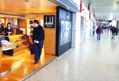 市民在虹桥机场内的商铺选购物品 晨报记者 殷立勤