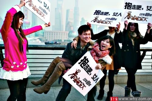 南京路行为艺术7名美女举牌求抱走(图)