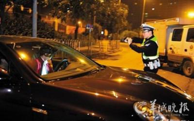警察拔枪逼停酒驾司机广州交警枪指豪车执法
