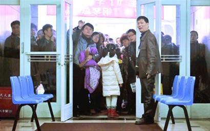 家长在考场外迎接孩子的凯旋 晨报记者 陈征