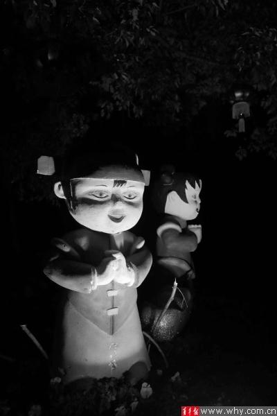 小区拜年娃娃眼神阴森晚上灯照吓煞居民(图)