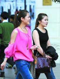 上海街头行人乱穿衣年轻女性已露胳膊(图)