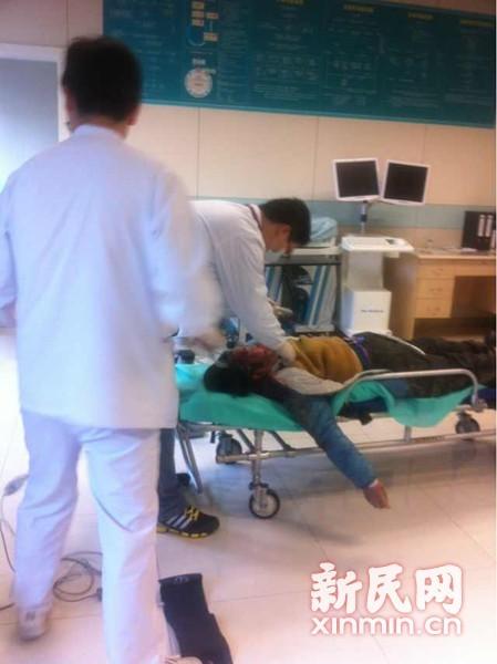 坠楼女子在医院内接受抢救。通讯员黄伟国供图