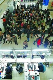 昨天,上海浦东房产交易中心大厅内人头攒动,但已经不像前几天那么多人了。雍凯 摄