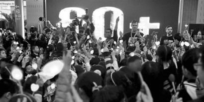"""昨晚,不少市民在现场迎接""""地球一小时""""。 晨报记者 陈征"""