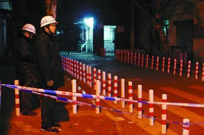 昨晚,砍人案现场拉着警戒线。吴磊 摄